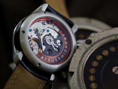 Relojes que albergan fragmentos (literal) de la historia de la ciencia