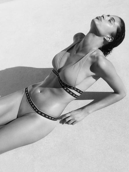 Bella Hadid posa así de sexy en la campaña de verano de Calvin Klein