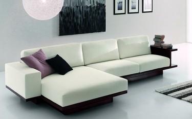 Un sofá con espacio de almacenaje alrededor