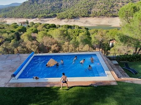 Cubiertas de burbujas para calentar las piscinas: cómo funcionan y cuáles son las mejores