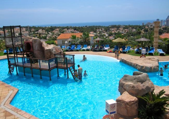 Niños en la piscina del hotel