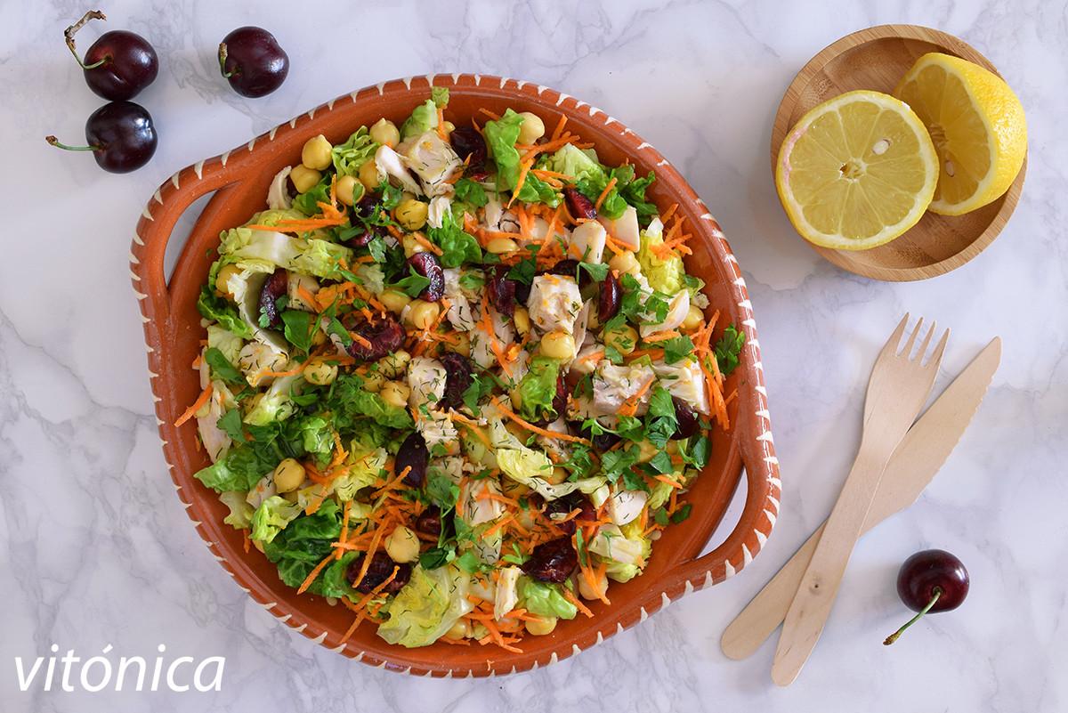 Ensalada de pollo con garbanzos y cerezas: receta saludable