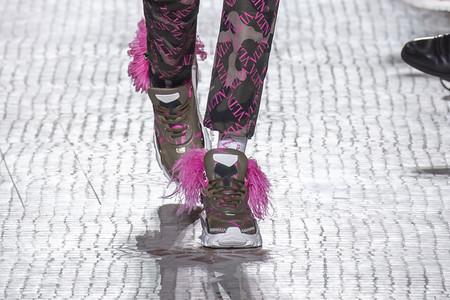 Valentino actualiza sus sneakers en pasarela sumándoles plumas con un toque glam
