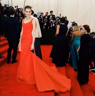 Allison Williams es una mujer Oscar de la Renta de rojo pasión en la Gala del MET 2014