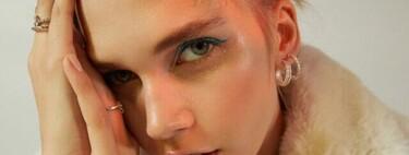 El eyeliner de color azul eléctrico promete ser el favorito estas Navidades. Bershka y Chiara Ferragni ya se han apuntado a la tendencia