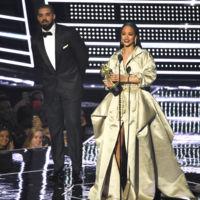 ¡Ahora sí que sí, Drake consigue el beso de Rihanna en el escenario!