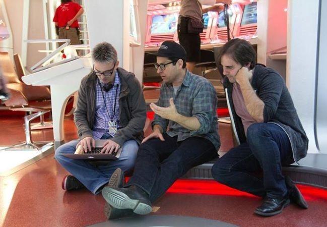 Alex Kurtzman y Roberto Orci repasan el guion junto a J.J. Abrams