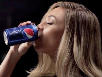 De Cindy Crawford a Madonna: estas han sido las estrellas que han bebido Pepsi (por exigencias del guión) antes que Kendall Jenner