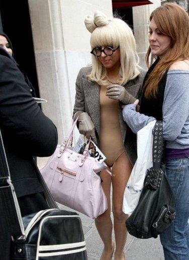 Lady Gaga se pasea desnuda