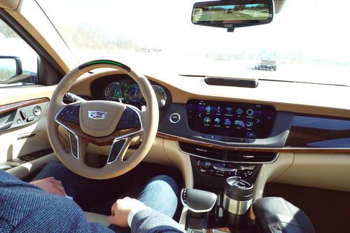 """Cadillac se suma a la conducción semiautónoma con su """"Super Cruise"""": qué es y cómo funciona"""