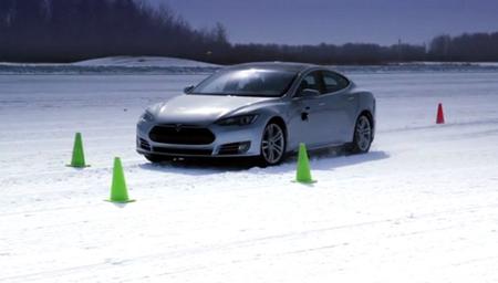 Tesla Model S en la nieve, piruetas antes de salir a la venta