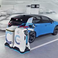 El nuevo y sorprendente concepto de Volkswagen es un robot que se pasea por el garaje para ir recargando coches eléctricos