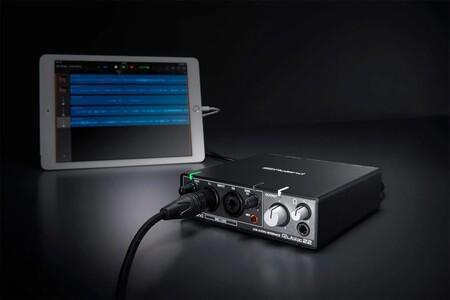 Interfaz de audio Roland Rubix22 conectada a un iPad.