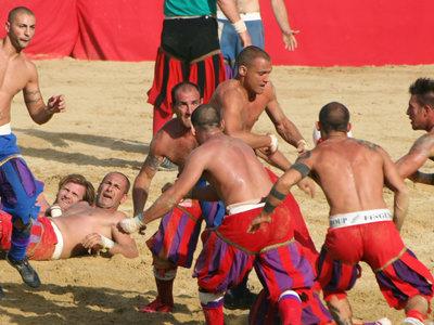 Calcio Fiorentino: el violentísimo juego de pelota medieval que aún se practica en Florencia