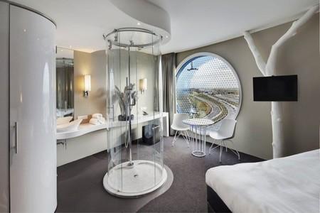 Esto de comunicar espacios se nos está yendo de las manos: baños de cristal en la habitación