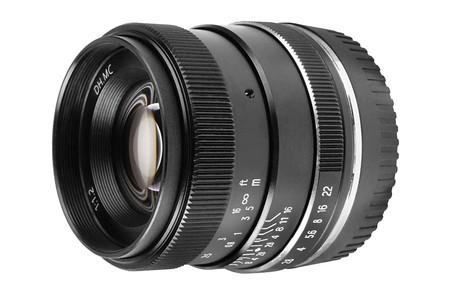 Pergear 35mm F1.2: Un objetivo para cubrir la noche en sistemas de formato recortado
