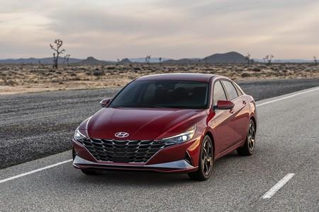 El nuevo Hyundai Elantra se vuelve híbrido y un poco coupé, pero seguramente no lo veamos en España