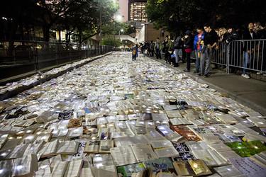 Un mar de libros iluminados ha cubierto las calles de Toronto, y todo es obra de una empresa española