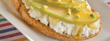 Bruschetta de requesón y pera. Receta fácil para el desayuno