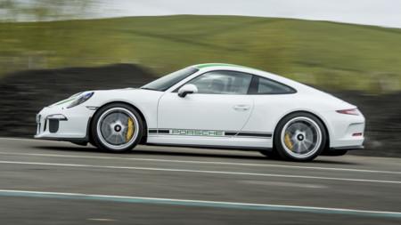 Un Porsche 911 R de 500 CV y una autobahn. ¿Qué crees que va a pasar?