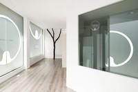 Espacios para trabajar: estilo minimalista en una clínica diseñada por Susanna Cots