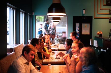 """El alcohol ya no mola: el movimiento """"Sober Curious"""" está convirtiendo a los abstemios en tendencia"""