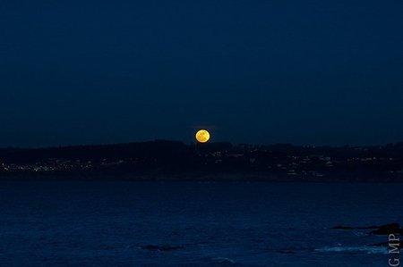 Luna llena sobre la bahía