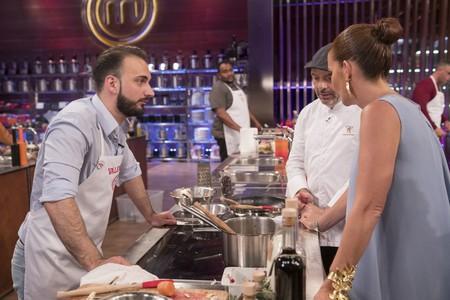 Los aspirantes de Masterchef afilan cuchillos dentro y fuera de la cocina en un programa con varias novedades