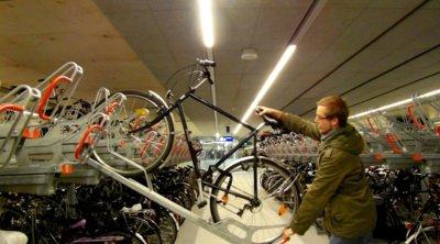 Este vídeo demuestra que en Holanda están a otro nivel aparcando bicis