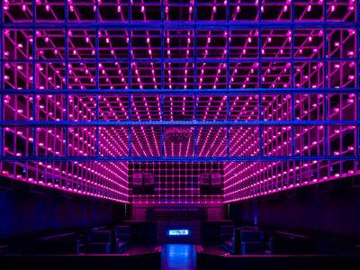 En esta discoteca nuestros pasos de baile también le ponen ritmo a las luces