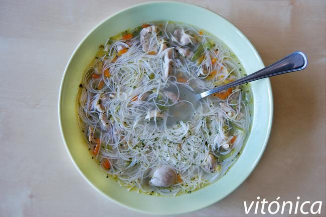 Sopa de pollo y verduras con fideos de arroz: receta saludable contra el frío