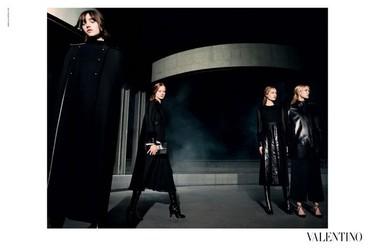 El binomio blanco y negro se apodera de la campaña Valentino Otoño-Invierno 2015/2016