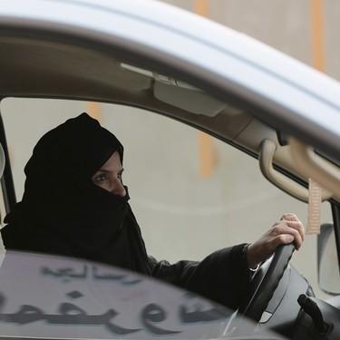 Desde hoy las mujeres conducen en Arabia Saudí: así les va a cambiar la vida