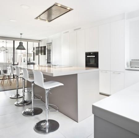 Una buena idea: separar la cocina del salón con una estructura de hierro y cristal