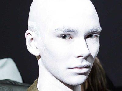 Nueve looks de pasarela que inspirarán tu disfraz de Halloween con sólo usar maquillaje