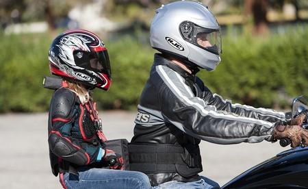 Así deben viajar los niños en moto: desde 7 años, con casco y otras recomendaciones útiles