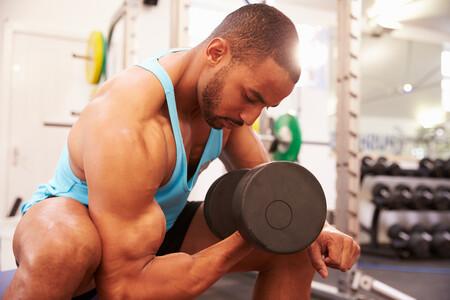 ejercicios-biceps-mancuernas-barra-gimnasio-casa