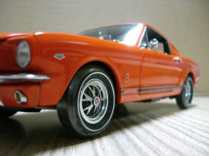 1965 Ford Mustang GT 2+2 Fastback a escala 1:18