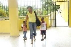 En República Dominicana decenas de madres asisten a clases con sus bebés
