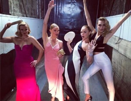 Para chula, Cara Delevingne de pantalón de Stella McCartney en la Gala del MET 2014, ¿quién si no?