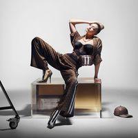 Gigi Hadid protagoniza la campaña más transgresora de Burberry, que pasa de sus emblemáticos cuadros para entregarse de lleno a la logomanía