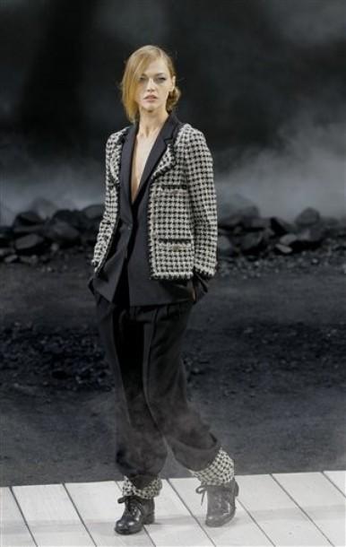 Foto de Chanel Otoño-Invierno 2011/2012 en la Semana de la Moda de París: el Apocalipsis de Karl Lagerfeld (6/17)