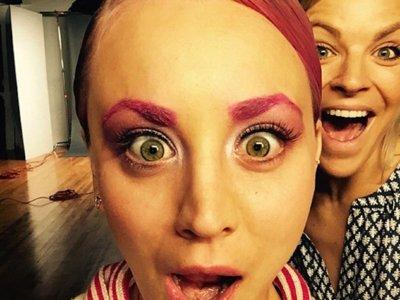 A Kaley Cuoco se le va de las manos: ahora sus cejas también son rosas