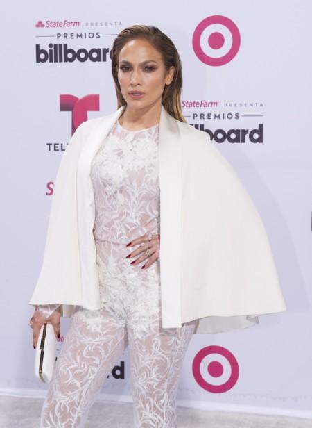 Jennifer Lopez patina con su look y se pasa con el encaje en los premios Billboard Latinos 2015