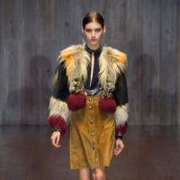 Clonados y pillados: Gucci enamora a Uterqüe con su falda con botones delanteros