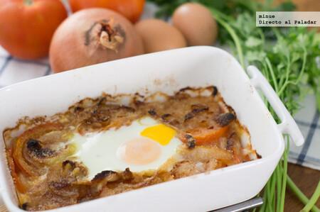 Tomates y cebollas al horno con huevo, receta de guarnición que bien sirve como plato único