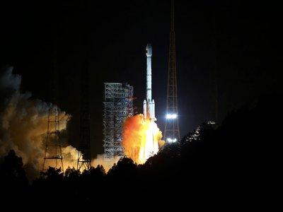 Este es el momento en el que uno de los propulsores del cohete Long March 3B cae y explota en una ciudad china