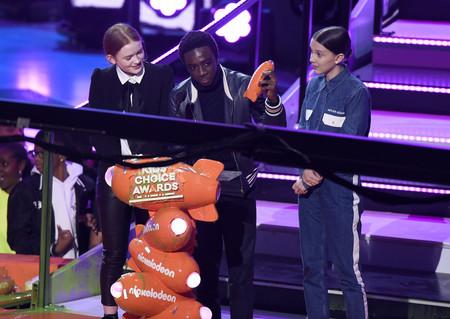 Millie Bobby Brown o cómo recoger un premio en los Kids' Choice Awards al tiempo que se manifiesta (con estilo)