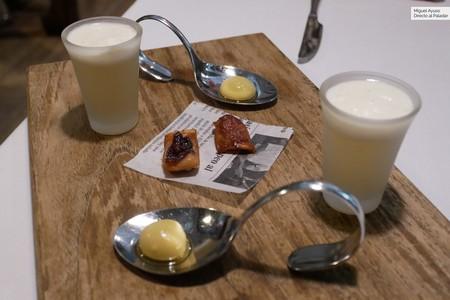Primeros aperitivos del menú degustación: esferificación de aceituna, torrezno de la cabeza del pulpo y ajoblanco con mosto