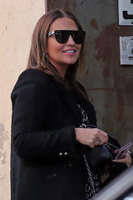 Paula Echevarría presume de tripita con un vestido negro de punto al que sacarle el máximo partido